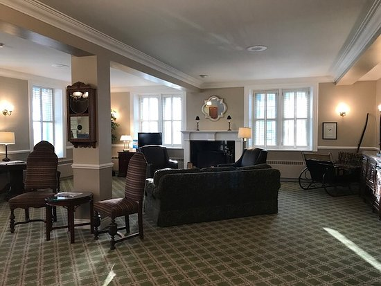 The Gananoque Inn and Spa: Very welcoming lobby to sit and relax by the fire.