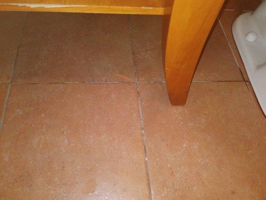 MainStay Suites: Bathroom floor had not been swept