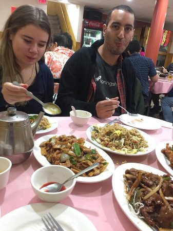 Pacific Tradewinds Hostel: Having fun mealtime with a staff member (Nabil) and a fellow traveler in Chinatown