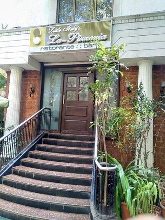 La Pizzeria: The small admirable entrance