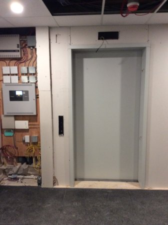 Sun Peaks, Canadá: Reception, exposed wiring, nonfunctional elevator