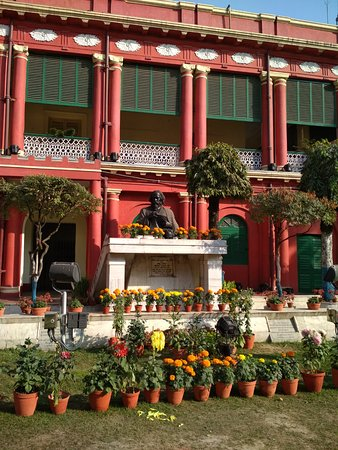 Jorasanko Thakur Bari: Gurudev's statute