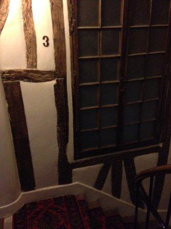 Hotel du Lys: näkymä hotellin viehättävään portaikkoon
