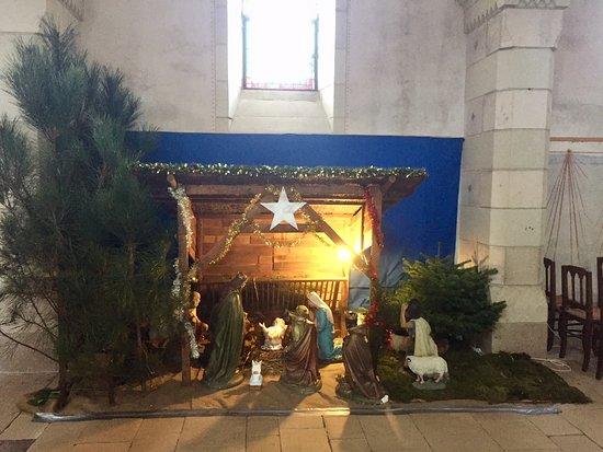 Neuville de Poitou, France: L'intérieur de l'église est très agréable et recèle de très jolies choses à voir