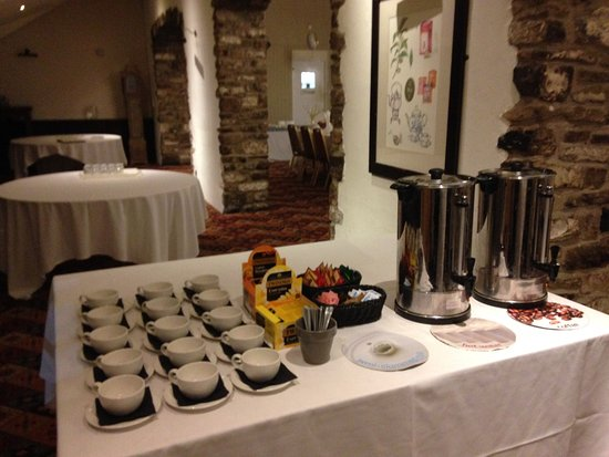 Thornbury, UK: Tea and coffee ready for after the meal