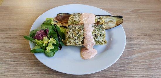 Lliçà d'Amunt, España: Ensalada marinera - Pastel casero de verdura con salsa de pimientos