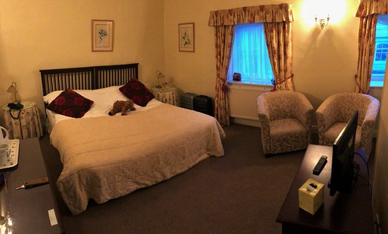Hovingham, UK: Our cottage with king size bed