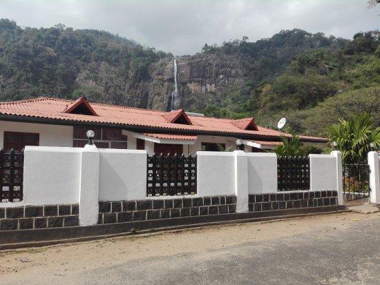 Diyaluma Falls Inn: Street view