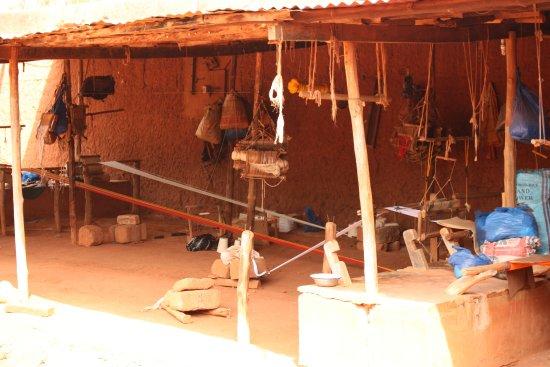 Abomey, Benin: telaio per la tessitura delle stoffe nel cortile principale