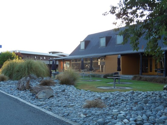 Omarama, New Zealand: Restaurant with some of the outside seating