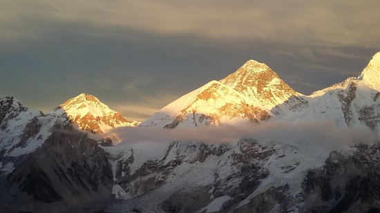 Sagarmatha Zone, Νεπάλ: beautiful sunset on Mt.everest taken from Kalapattar view point (5550 m)