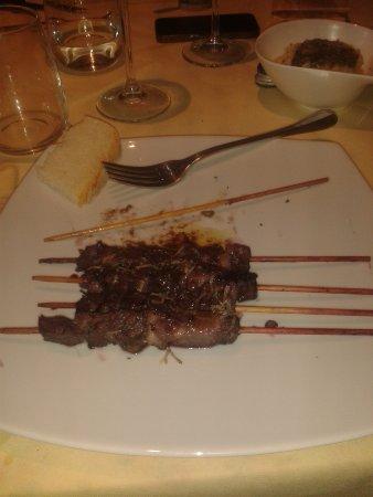 Canino, Italia: arrosticini al tartufo e vino (mi sembra sangiovese)