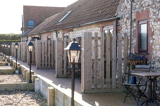 Titchwell, UK: Patio and parking bays to rooms 1 to 6