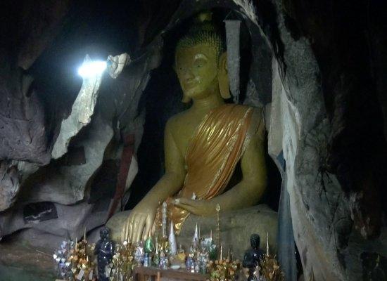 Khammouane, Laos: Le grand boudha à l'entrée