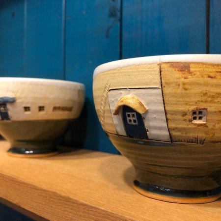 Cococo: とにかく、器がかわいい(^ ^) 陶器の器に絵本の世界が広がっているようです。ドアやヒサシが立体的に作られていますよ!