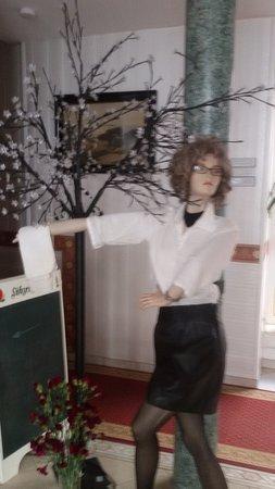 Neustrelitz, Alemania: schon bei eintritt ins hotel wird man von einer einladenden lebengroßen puppe regelrecht begrüßt