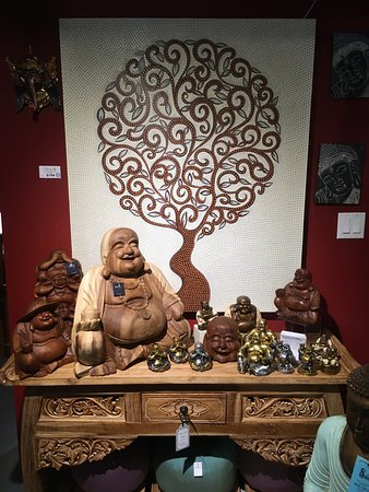 Sechelt, Kanada: Happy statues of Maitreya in every size!