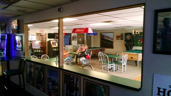 Atlantic, IA: Fireside Lounge - gaming area