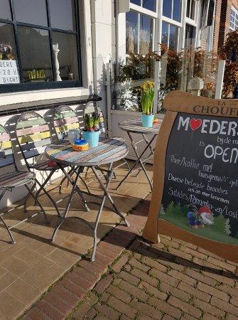 Brouwershaven, Holland: Heerlijk, in de zon. Op de nieuwe terras stoeltjes