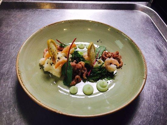 Nes, Belanda: GARNALEN & KNOLSELDERIJ, Hollandse garnalen, Noorse garnalen op knapperige sla, wakamé en wasabi