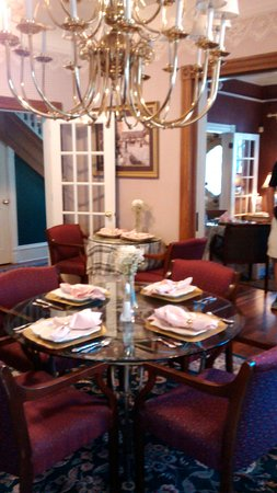 Peace and Plenty Inn: Beautiful dining room !