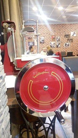 une machine permettant de couper le jambon en exposition. Black Bedroom Furniture Sets. Home Design Ideas