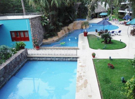 Hotel Casa Iguana: LARGE POOL AREA
