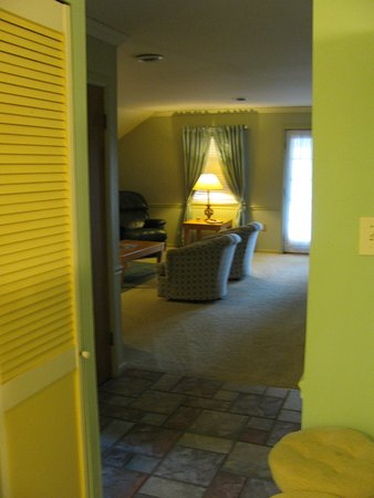Saugatuck, ميتشجان: 2BR View from Kitchen into Living Room
