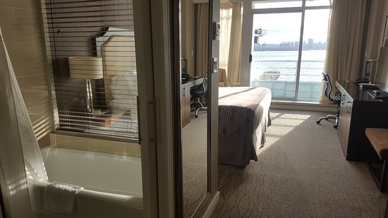 Pinnacle Hotel At The Pier: Harbour View Guest Room (King-sized bed).