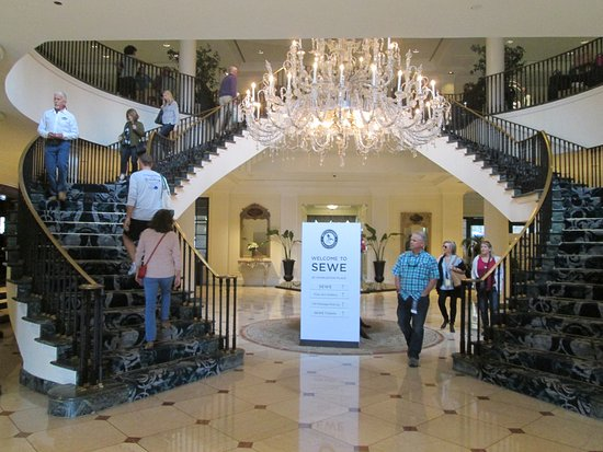 Belmond Charleston Place: Beautiful Stairway And Chandelier In The Lobby