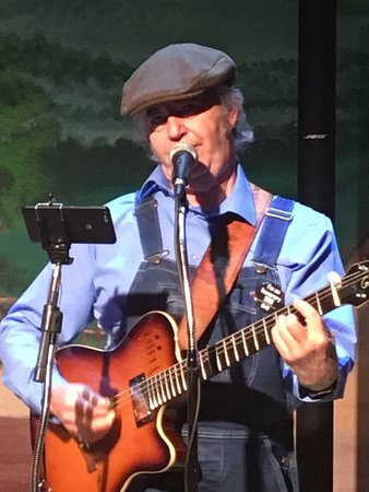 Branson, MO: Earl Vaughan - extremely talented guitar player