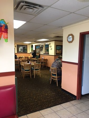 Vinita, OK: The inside of the restaurant. There are booths around the corner, and that's where we sat.