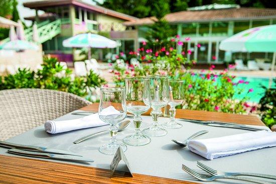 Terrasse avec vue sur la piscine picture of restaurant for Piscine quillan