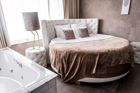 säng mitt i rummet