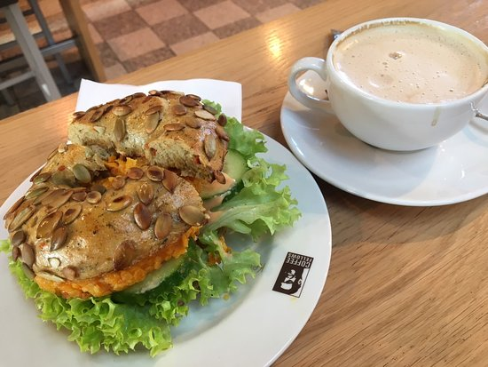 Schallstadt, Alemania: Crunch Chicken Bagel & small cappuccino