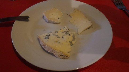 Les Salles, فرنسا: vassoio di formaggi locali