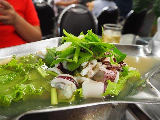 ร้านอาหาร เจ๊ไข่: Steamed Squid with Lime Sauce (150.-)