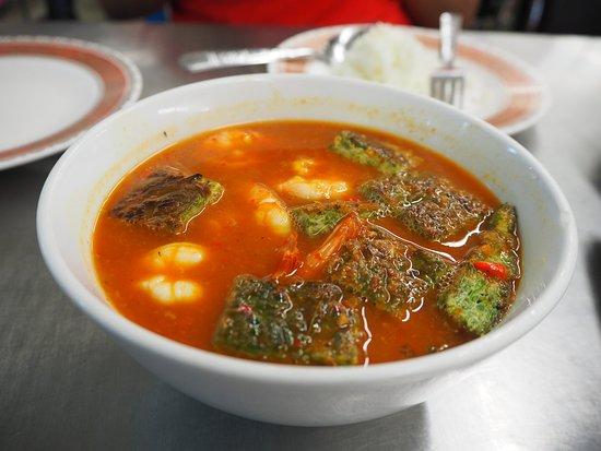 ร้านอาหาร เจ๊ไข่: Hot & Sour Curry with Shrimp & Acacia Omelette (150.-)