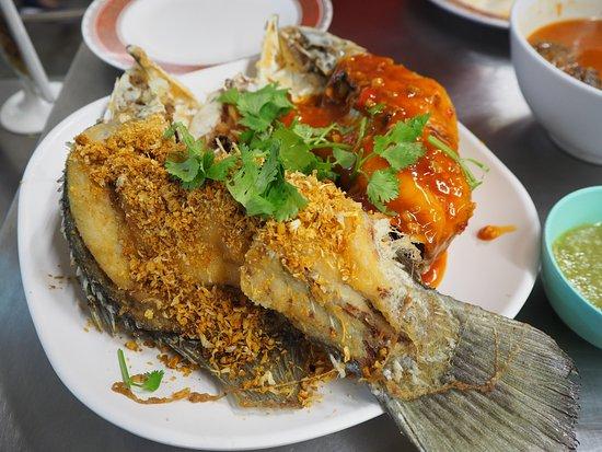 ร้านอาหาร เจ๊ไข่: Deep-fried Sea Bass Topped with Spicy Crisp Garlic & Sweet Chilli Sauce (500.-)