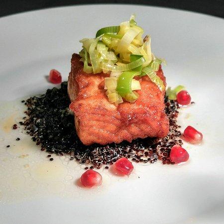 Dorset, Вермонт: iii.King Salmon, Pomegranate Molasses Lacquer, Black Quinoa, Leeks, Pomegranate Seeds, Fumet