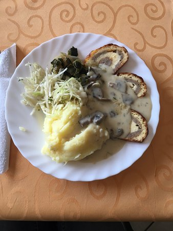 Jueterbog, เยอรมนี: Leckeres Mittag zum kleinen Preis. Heute gab es Käse-Hackfleisch-Roulade mit Beilagen für 3,90€