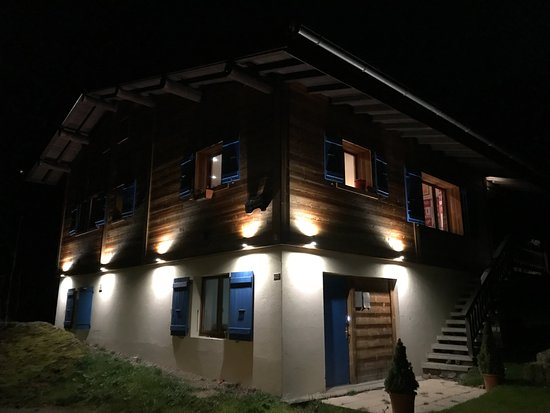 Chalet les Frenes: Chalet at Night