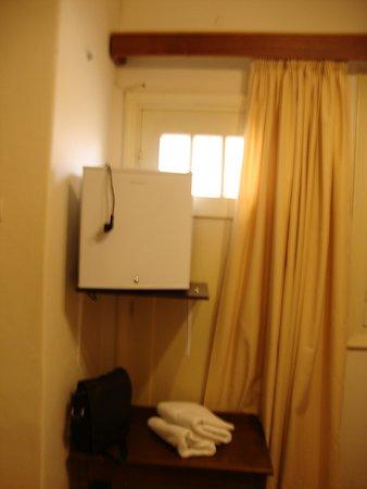 Hotel Acropolis House: Холодильник на стене
