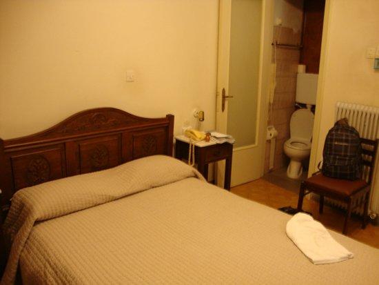 Ακροπολης Χαους: Кровать с видом на унитаз