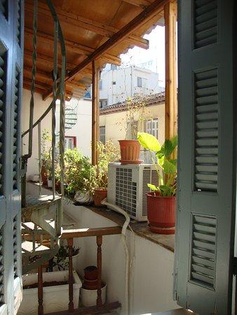 Ακροπολης Χαους: Вид из окна - винтовая лестница и общий балкон гостиницы