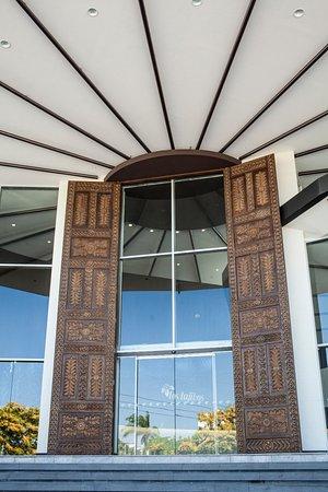 Los Tajibos Hotel & Convention Center: Puertas chiquitanas talladas a mano y de ocho metros de altura.