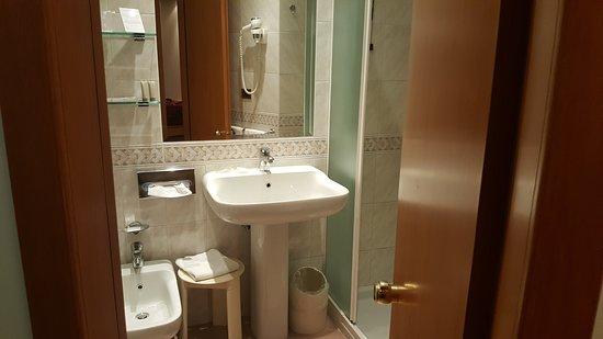 Mini bagno per persone esili - Foto di Hotel Ambasciatori Rimini ...