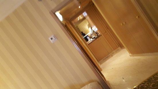 มากกาห์ ฮิลตัน โฮเต็ล & ทาวเวอร์ส โฮเต็ล: Entrance with coffee bar