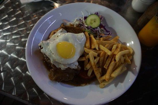 Surfers Beach Restaurant: Gegrillter Mix-Teller (Hähnchen, Schwein, Rind, Lamm), ein bisschen Salat, Pommes und Spiegelei
