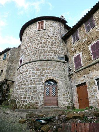 Vejano, Itálie: una torre dell'ex cinta muraria inglobata tra le case